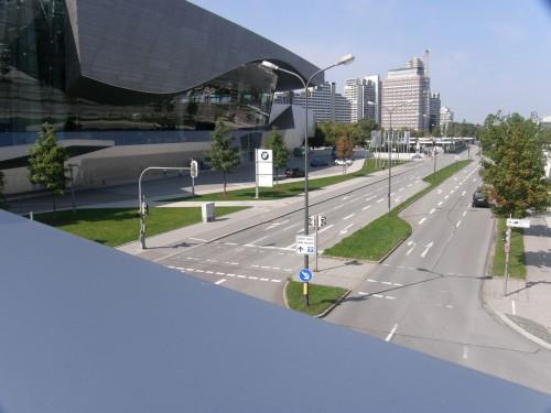 Budova BMW Welt, pohľad na príjazdovú cestu z mosta, spájajúceho Welt a Múzeum