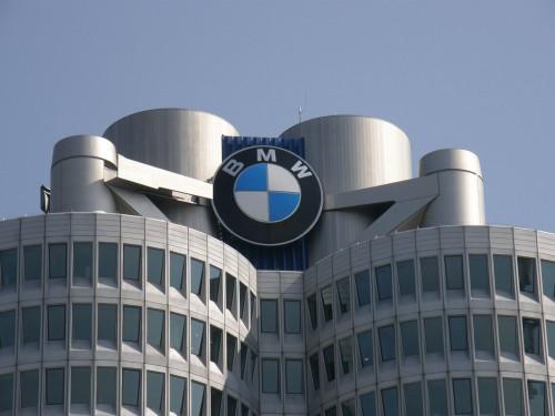 Znak BMW na vrchole budovy riaditeľstva